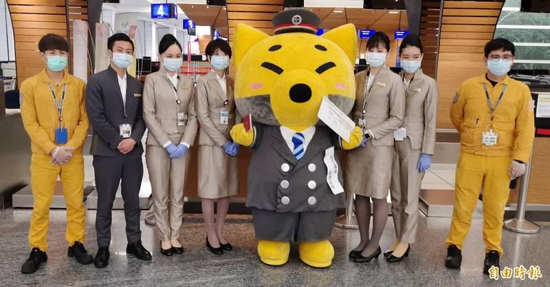 星宇航空今天也特別邀請日本西武集團近江鐵道吉祥物『狐狸站長』共襄盛舉,由於『狐狸站長』的造型相當俏皮可愛。(記者姚介修攝)