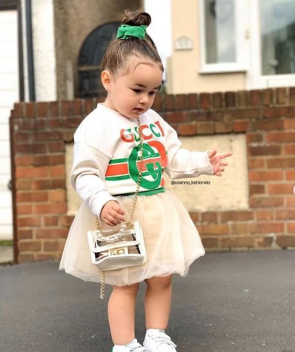 英國3歲女童索倫娜(見圖)全身穿滿名牌,在網路走紅後,不少大品牌都提出合作邀約。(圖源Instagram@sorenna_fashionista)