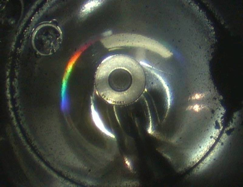 隼鳥2號密封艙內的黑色顆粒,可能就是龍宮小行星的樣本。(美聯社)