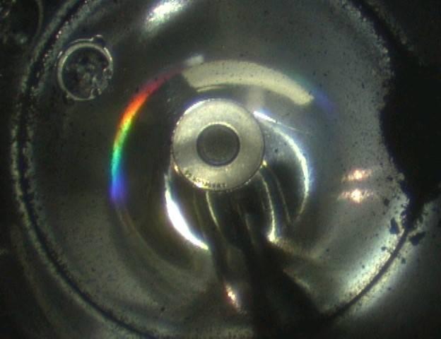 JAXA也公開密封艙內部照片,只見底部出現黑色細砂狀物質,將與內部所存氣體一同接受詳細調查。(圖擷自JAXA)