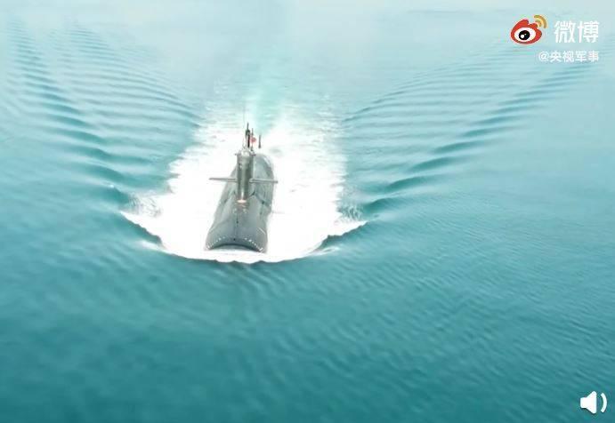 《央視軍事》微博15日公布共軍新型潛艇訓練畫面,還稱有網友點讚:「快看,這才是真正的乘風破浪,畫面高燃」,但此文一出卻遭中國網友酸說,「『新型』是用來修飾『訓練畫面』這4個字的」。(圖擷取自微博)