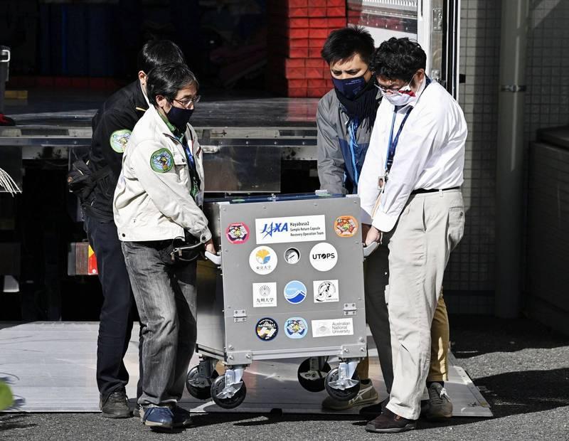 日本研究人員檢查隼鳥2號採集的小行星樣本,當場就被嚇得目瞪口呆,因為裡面的樣本比想像中更好更多。(路透)