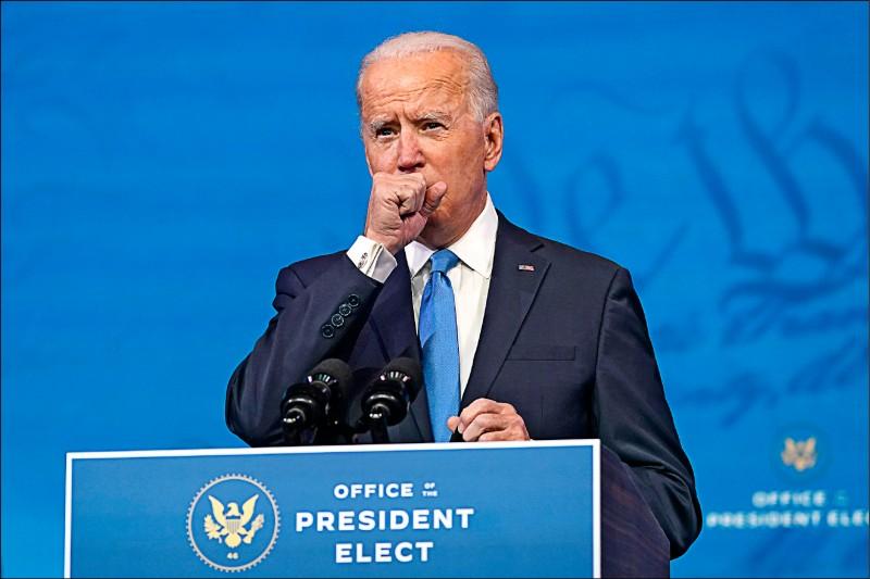 拜登十四日晚間在德拉瓦州威明頓發表演說,期間數度為了清喉嚨暫停演說,並坦承自己染上小感冒。(美聯社)