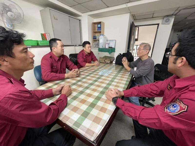 王崇光(右2)向大昌分隊隊員分享重生喜悅。(記者黃旭磊翻攝)