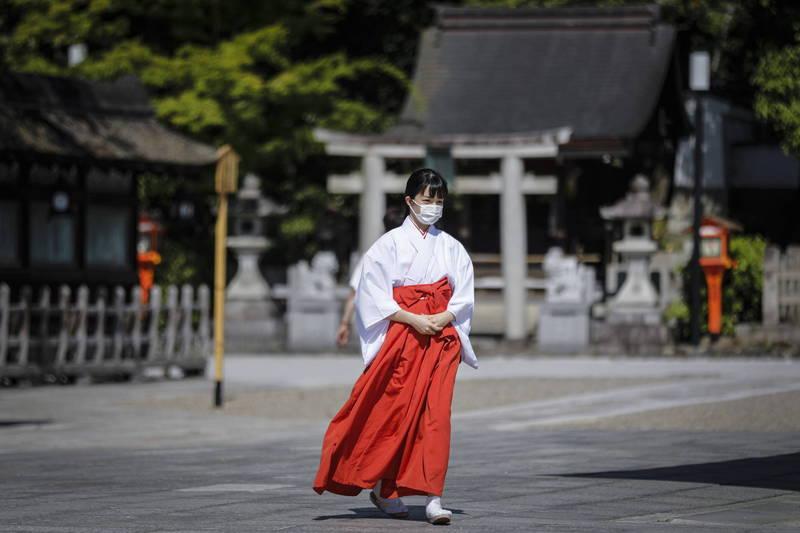 日本武漢肺炎第三波疫情持續惡化,截至日本時間今晚9點,已新增2986人確診,造成53人死亡,重症病患也達到618人,不僅刷新紀錄,也是首次超過600人大關。(歐新社)