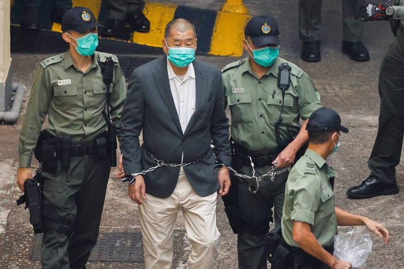 中國「法律學者」指稱,應將「叛國禍港的首席漢奸」黎智英(左2)「送中」,移交到中國司法機構審理,彰顯《港版國安法》威力。(路透)