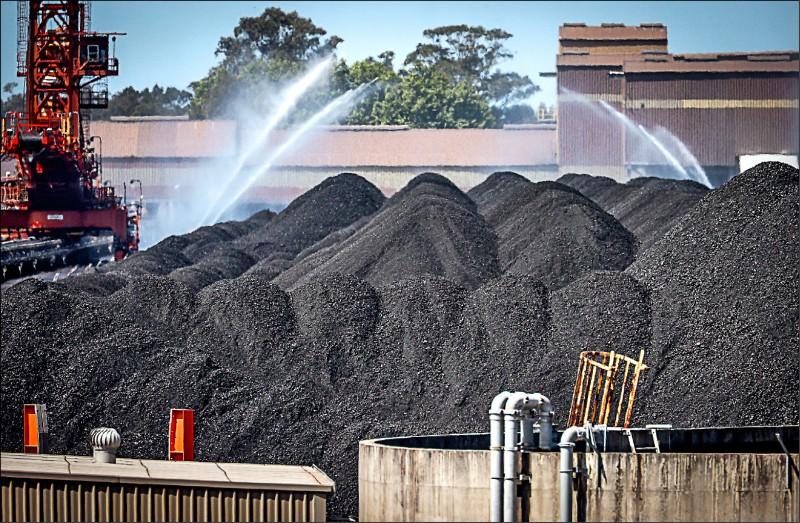 澳洲新南威爾斯州的新堡港(Port of Newcastle)是全球最大煤炭出口碼頭,煤炭出口佔港口噸位吞吐總量九成以上,每年處理超過一億公噸煤炭,大部分出口到中國和日本。(彭博檔案照)