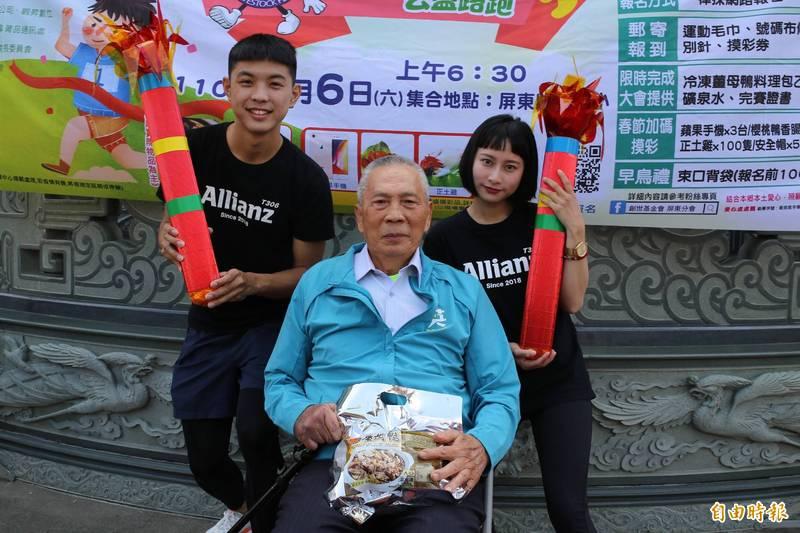 國興畜產董事長林桂添(中)贊助每份價值550元的薑母鴨共3千份,邀請民眾踴躍參加,跑步做公益。(記者邱芷柔攝)