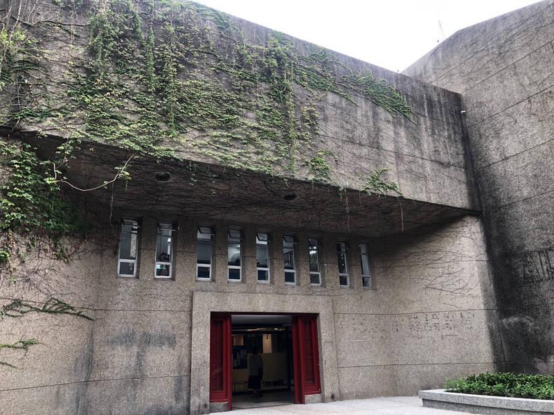 中原大學建築系館具有簡潔洗鍊的空間設計,體現早期現代主義建築精髓。(中原大學提供)