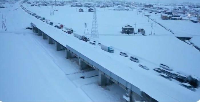 受到強烈冷空氣影響,日本近日各地都降下暴雪,新潟縣、群馬縣更創下破紀錄的降雪量,24小時積雪深度超過70公分,還有地區3天的積雪深度超過2公尺。(圖擷取自推特)