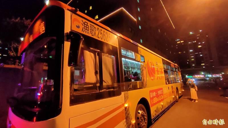 莫斯科古典芭蕾舞團52人來台,有8人確診武漢肺炎,台北市政府昨晚派專車將成員從飯店接往安心檢疫居家隔離,晚間也確認,44名未確診的團員和經紀人18日將搭機離台。(記者王藝菘攝)