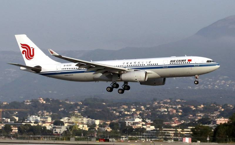 中國國際航空與深圳航空台灣分公司通知「核酸報告禁有武漢肺炎字樣」,提醒旅客,核酸檢測陰性報告上若有「武漢肺炎」等字樣,將視為無效。中國國航客機示意圖。(路透)