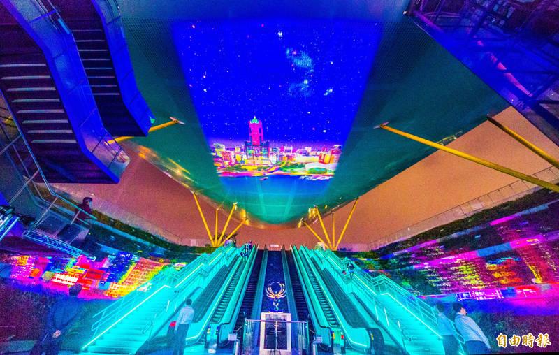 高雄捷運公司於中央公園站打造大型3D立體投影光雕秀「鳳翼天翔」,今晚起耀眼登場,每天都有多場次演出。(記者張忠義攝)