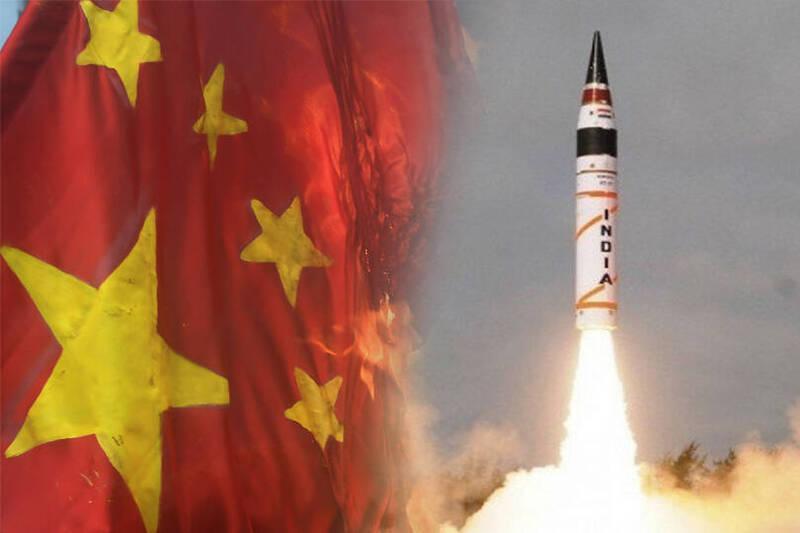 印度軍方16日成功試射2枚可攜帶核彈頭的「大地-2」戰術彈道飛彈。印度媒體《覺悟日報》在相關報導中,還不忘在標題中強調,印度試射這種戰術核武讓「中國發抖」。圖皆為法新社。(本報合成)