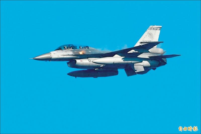 因應中國軍機頻頻襲擾台灣,空軍自十二月上旬開始,要求各型戰機飛官模擬空中敵情,加強實施「警告射擊演練」,熟悉攔截、監控時各種突發狀況的處置作為。圖為F-16戰機實施機砲射擊訓練畫面(對地面目標射擊)。(記者游太郎攝)