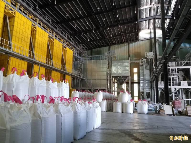 湖口鄉農會2017年11月啟用新建農產加工廠,全線電腦化作業,全程稻米不落地。(記者廖雪茹攝)