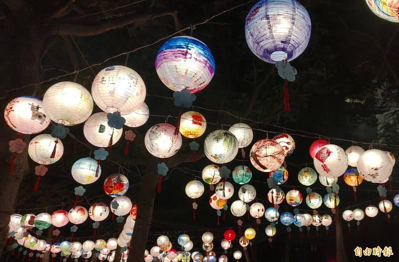 南市議會花燈展目前部分花燈及燈飾已先點亮,連日來吸引不少民眾到市議會搶先看。(記者蔡文居攝)