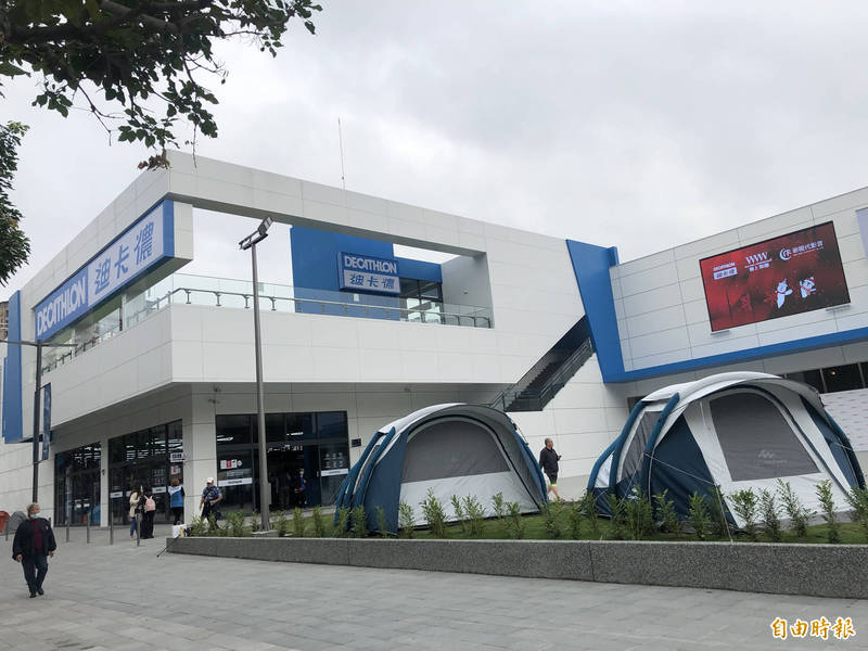 迪卡儂三重店佔地1100坪、共2層樓,為雙北最大的旗艦店。(記者周湘芸攝)