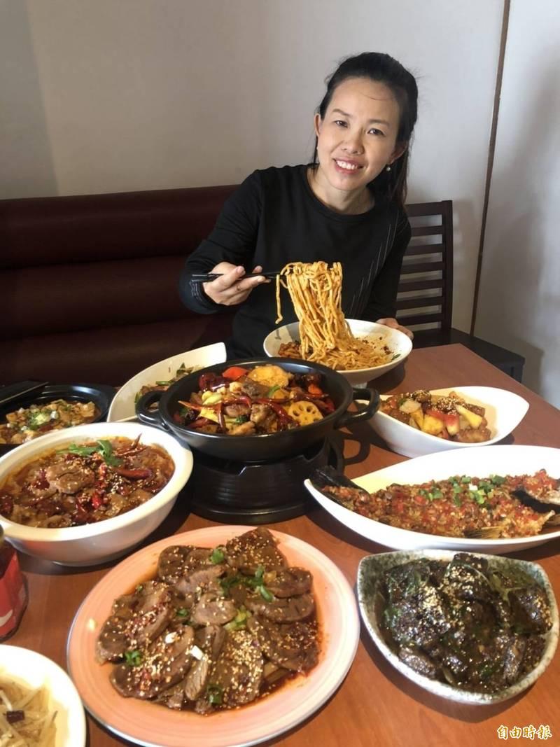 吳治芳用屏東當地食材及四川家鄉的辣椒等香辛料,做出創意川菜。(記者羅欣貞攝)