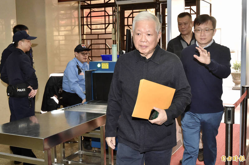 永豐金控前董事長何壽川(前)被羈押禁見期間竟還批公文。(資料照,記者塗建榮攝)