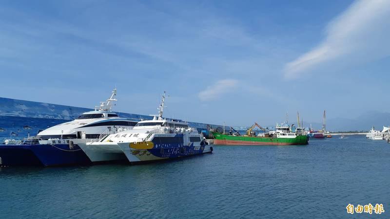 19日及20日台東往返綠島的船班全部取消。(資料照)