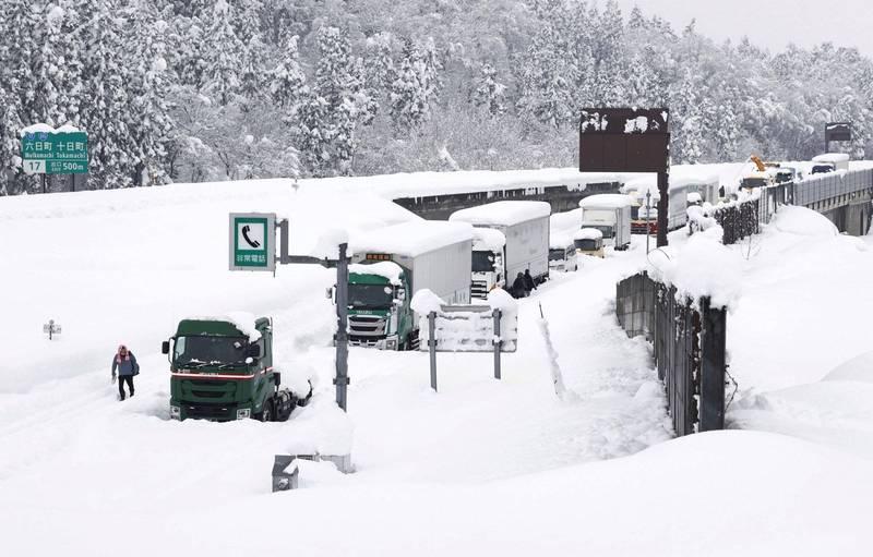 日本新潟和群馬兩縣連日降下暴雪,境內高速公路從16日起開始塞車,17日有超過2千部汽車卡在風雪中無法動彈。(路透)