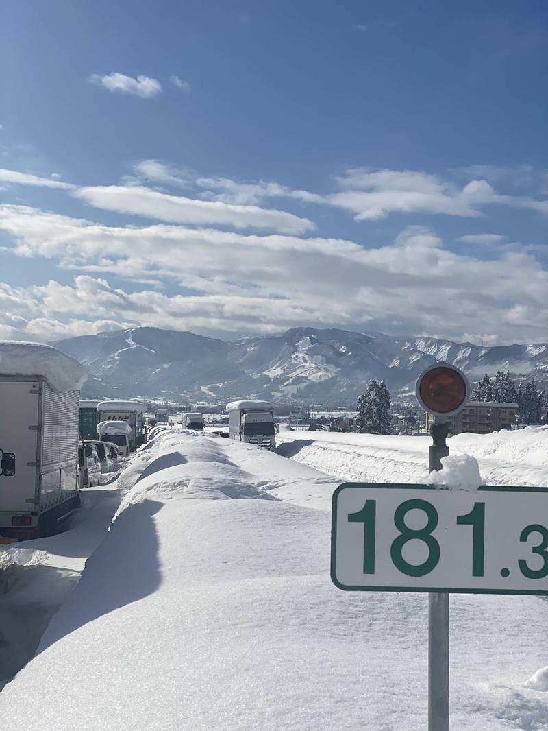 預計在19日上午可以完成道路清除工作,希望在下次大雪前趕緊疏困,否則事態會更加嚴重。(圖取自ア推特)