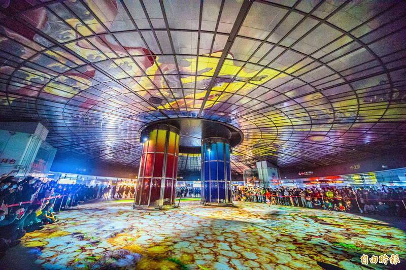 美麗島捷運站地下的「光之穹頂」場域,以體感科技,打造光雕秀和互動遊戲。(記者張忠義攝)