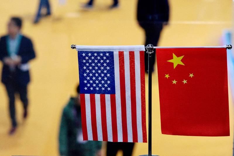 美國國務院昨(17)日更新對香港的旅遊警示,在公告中將中國、香港合併。圖左為美國國旗,右為中國國旗。(法新社)