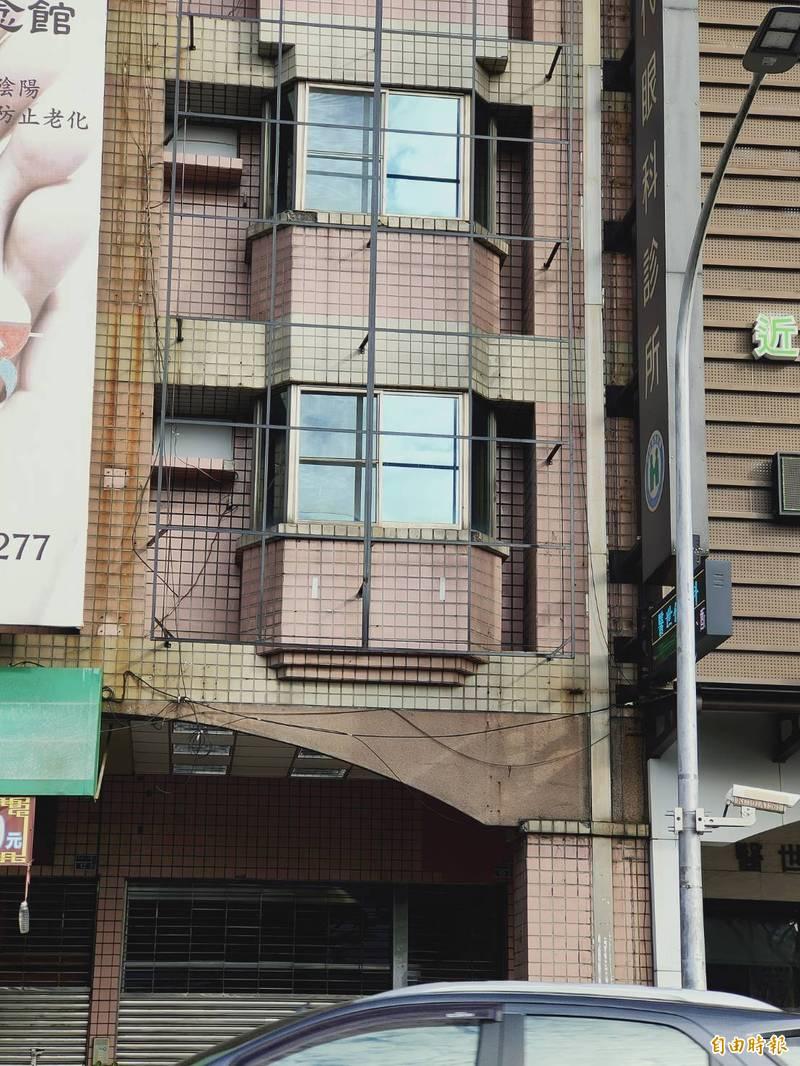 位於高雄市三民區明誠路的罷康總部,已拉下鐵門,斗大的「罷康」扛棒均已撤下。(記者葛祐豪攝)