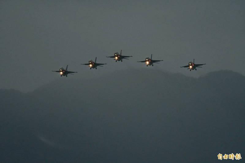 花蓮七星潭F16戰鬥機衝場,迎接太平洋曙光,已經是花蓮元旦最被期待的傳統節目,但今年任務確定取消,軍方則不願證實與蔣正志上校迄今未尋獲有關,圖為2018年元旦F16戰鬥機衝場。(資料照,記者游太郎攝)