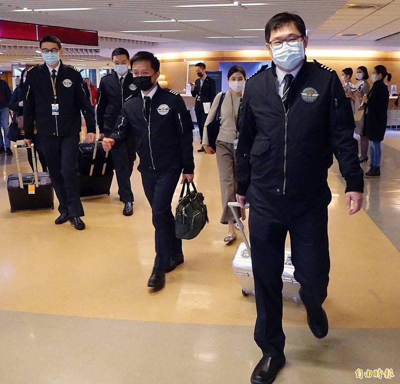 星宇航空雙城號微旅行2.0航班19日上午啟航,星宇航空董事長張國煒(右)親自執飛JX8063航班。(記者朱沛雄攝)