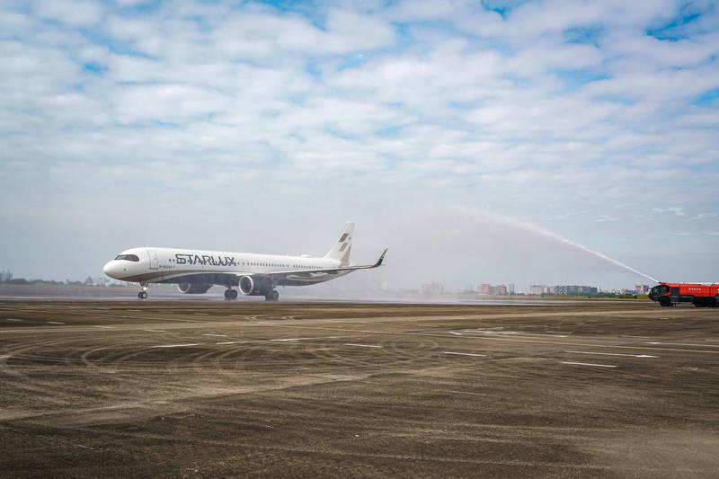 星宇航空的飛機首次在台南啟航,接受台南航空站的水門歡迎儀式。(星宇航空提供)
