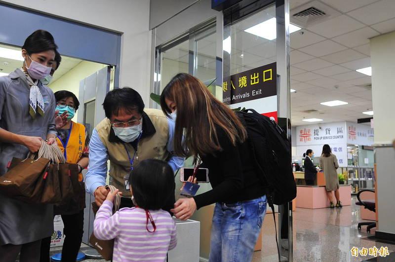 市長黃偉哲帶著伴手禮到台南航空站,歡迎旅客到台南吃美食。(記者王捷攝)