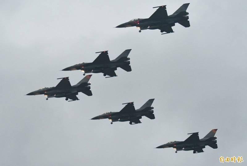 花蓮縣、屏東縣、新竹市原定舉行的元旦升旗戰鬥機衝場,在中共軍機不斷擾台的情況下皆已取消。圖為花蓮「F-16迎曙光」。(資料照)