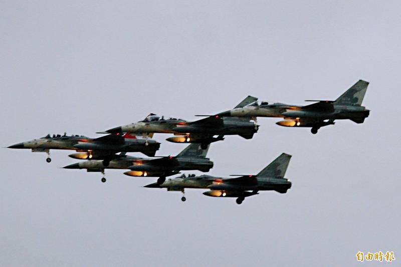 屏東縣政府今年元旦首次迎來戰機衝場,由5架IDF飛越墾丁龍磐公園。(資料照)