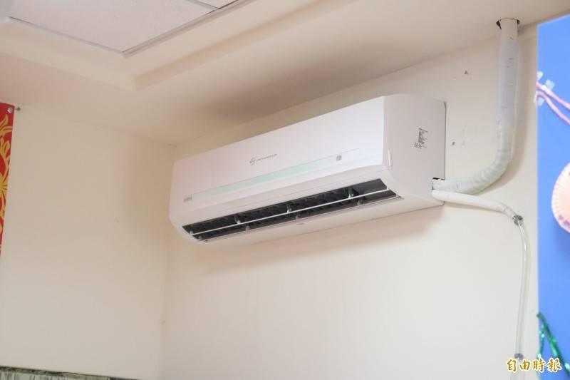 有網友提出「開冷氣保暖妙招」,表示外面低溫僅16至18度,「冷氣設定25度感覺上真的有變暖」。對此,冷氣專家表示,冷氣要有冷暖氣機的功能,否則開了並沒有保暖效果。(資料照)