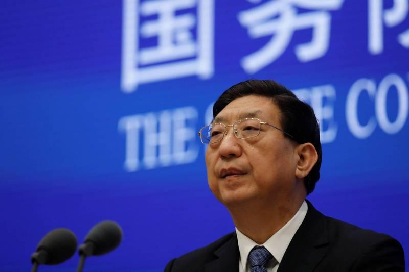 中國國務院聯防聯控機制今日舉行新聞發佈會,表示中國將全面開展疫苗接種。圖為曾益新新聞發布會中說明情況。(路透)