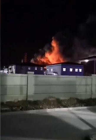 黑龍江綏化今(19)日凌晨傳出一起化工廠爆炸意外,現場火勢兇猛,濃煙密布,根據中國官方資料,目前已知有1人死亡、2人重傷、2人輕傷,另外有2人失蹤。(擷取自微博)