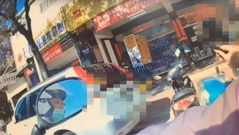 警方盤查騎機車男子,引發男子不滿,質疑警方沒事擾民。(記者歐素美翻攝)