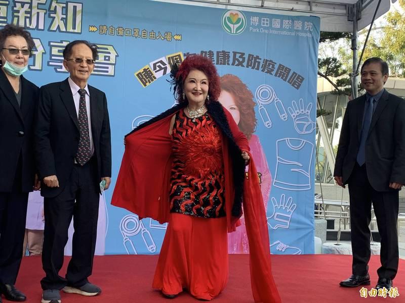 藝人陳今佩(右2)今到高雄舉行公益演唱會,並展現12年前胃繞道手術後,甩肉50公斤成果。(記者方志賢攝)