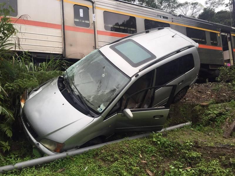 轎車被撞後跌落邊坡(記者吳昇儒翻攝)