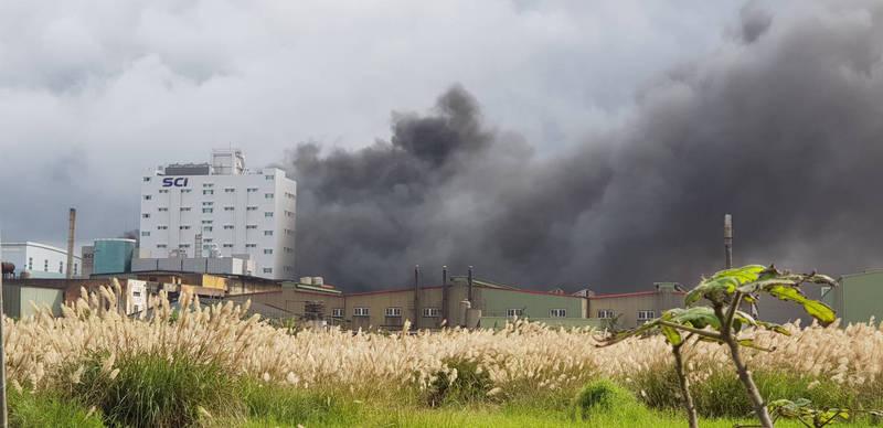 位在桃園市蘆竹區的旭富製藥發生火警,濃煙竄天。(記者魏瑾筠翻攝)
