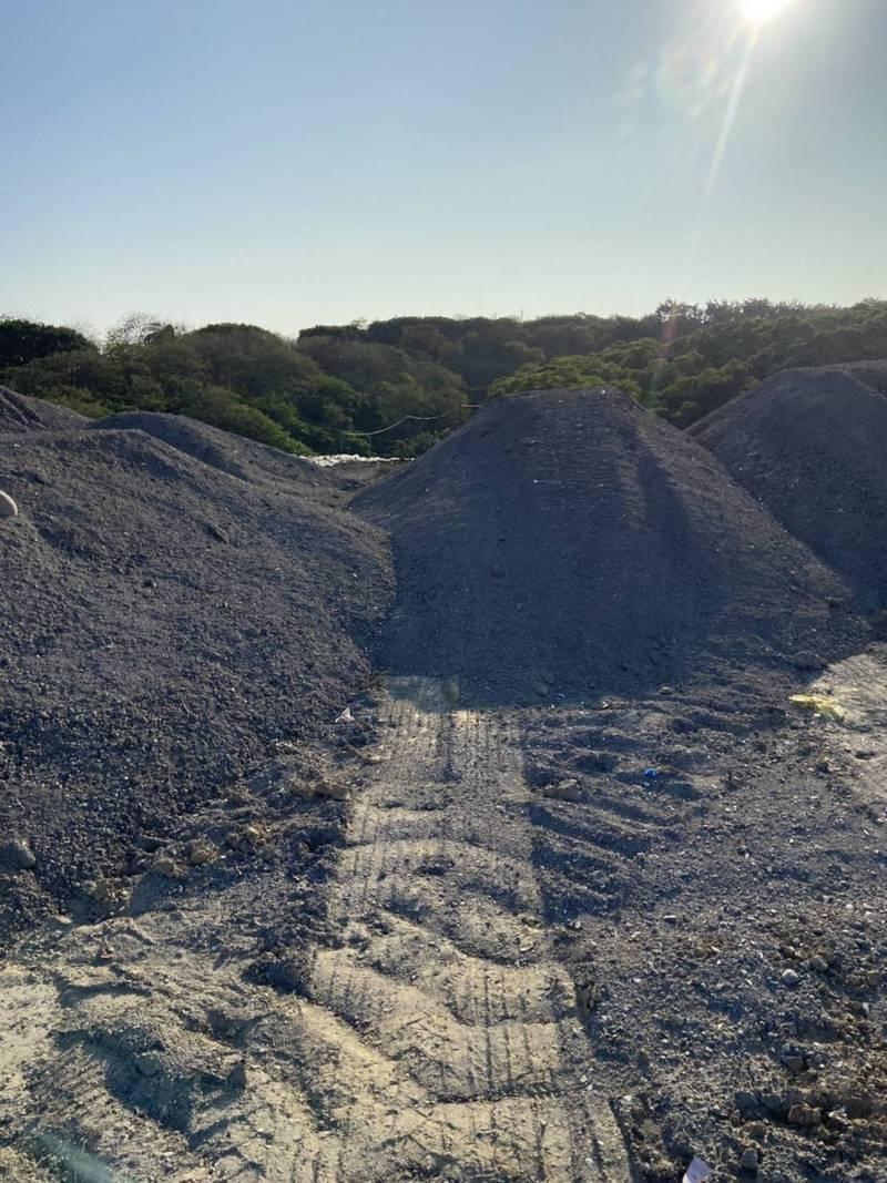 一堆灰渣被偷倒在第三垃圾掩埋場?環保局:誤會!是底渣再生料產品,防臭及鋪路面(何文海提供)