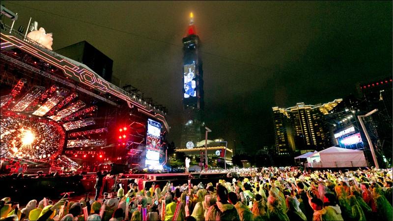 跨年晚會將屆,台北市和高雄市府呼籲參加的民眾「全程戴上口罩」。圖為2018年北市跨年晚會人潮爆滿的情形。(資料照)