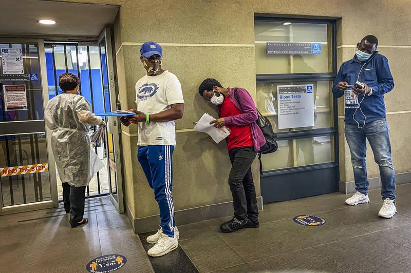 《路透》統計,過去30天以來,非洲共通報新增武漢肺炎感染近45.4萬例,累計感染數昨天(19日)突破250萬人,圖為南非待篩檢民眾。(美聯社)