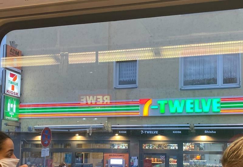 台灣民眾在德國科隆發現7-TWELVE(7-12),招牌顏色與台灣7-ELEVEN非常相像。(Yvonne Wang-Schirrmeister提供)