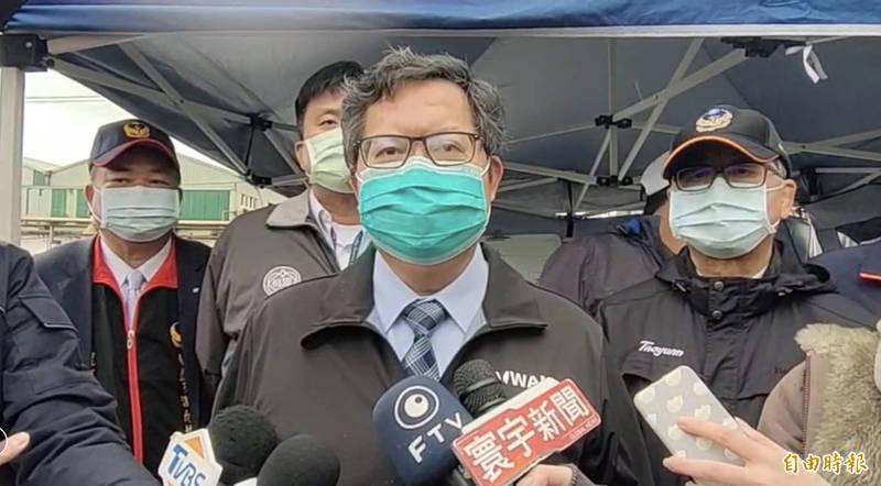 桃園市長鄭文燦到旭富火警現場慰勞消防人員,並接受媒體聯訪。(記者魏瑾筠攝)