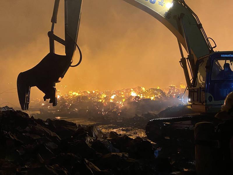 旭富製藥爆炸發生大火,並延燒其他工廠,桃園市消防局調派挖土機,協助進行殘火處理。(記者魏瑾筠翻攝)