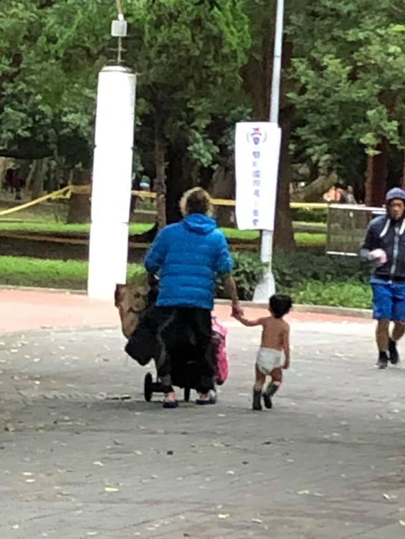 離譜父親大冷天公園遛小孩,自己包緊緊卻讓幼童裸體僅包尿布,遭到網友撻伐。(記者徐聖倫翻攝)